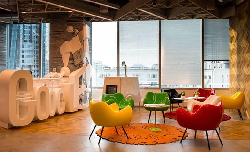 różnokolorowe cztery czarne Fotele RM58 Romana Modzelewskiego wnowoczesnym open space