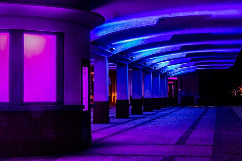 iluminacja na stropie murowanego przystanku wfioletowym kolorze