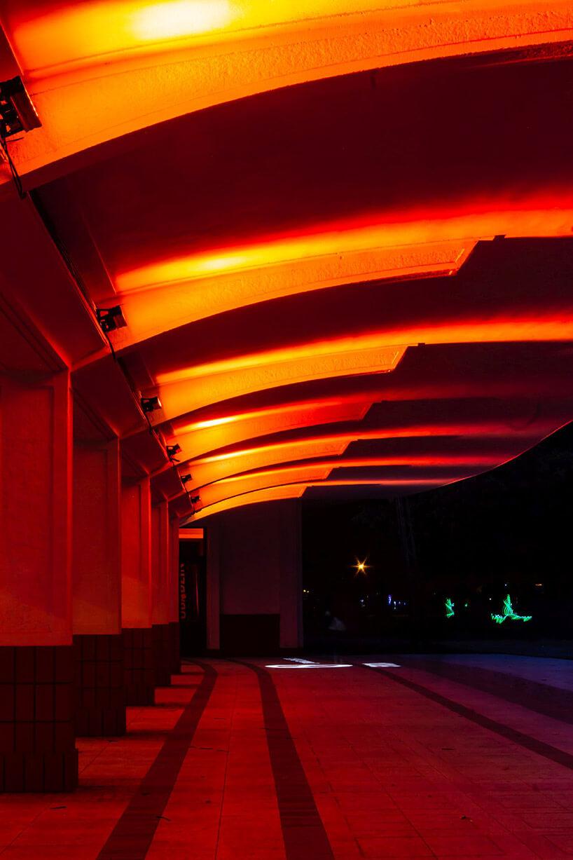 iluminacja na stropie murowanego przystanku wpomarańczowym kolorze