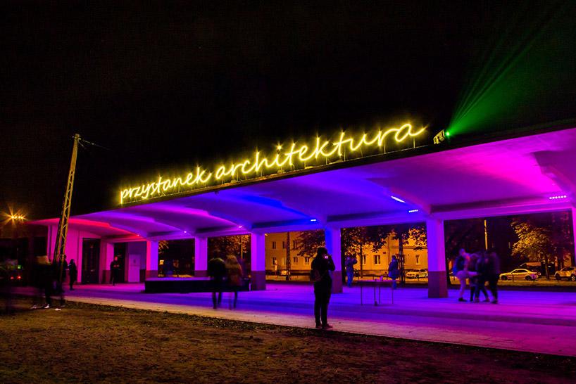 iluminacja na przystanku trmawajowego wŁodzi zneonem przystanek architektura