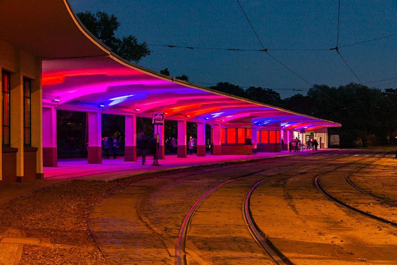 przystanek tramwajowy ziluminacją wnętrza wczerwonym ifioletowym kolorze