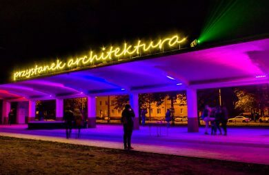 iluminacja na przystanku trmawajowego w Łodzi z neonem przystanek architektura