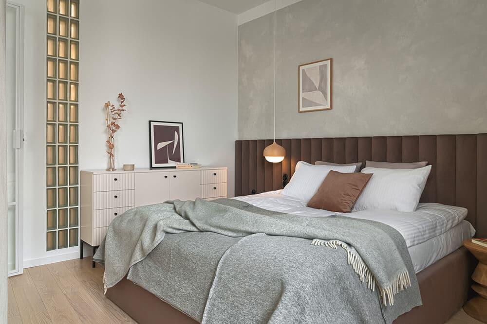 Z przeszkleniami iwjasnych barwach: ponadczasowe mieszkanie wGdańsku
