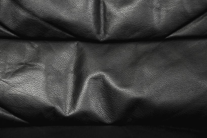 pomarszczona czarna skóra na oparciu