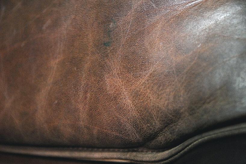 brązowa skóra na fotelu