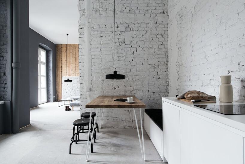 mała kuchnia windustrialnym stylu zceglanymi ścianami pomalowanymi na biało