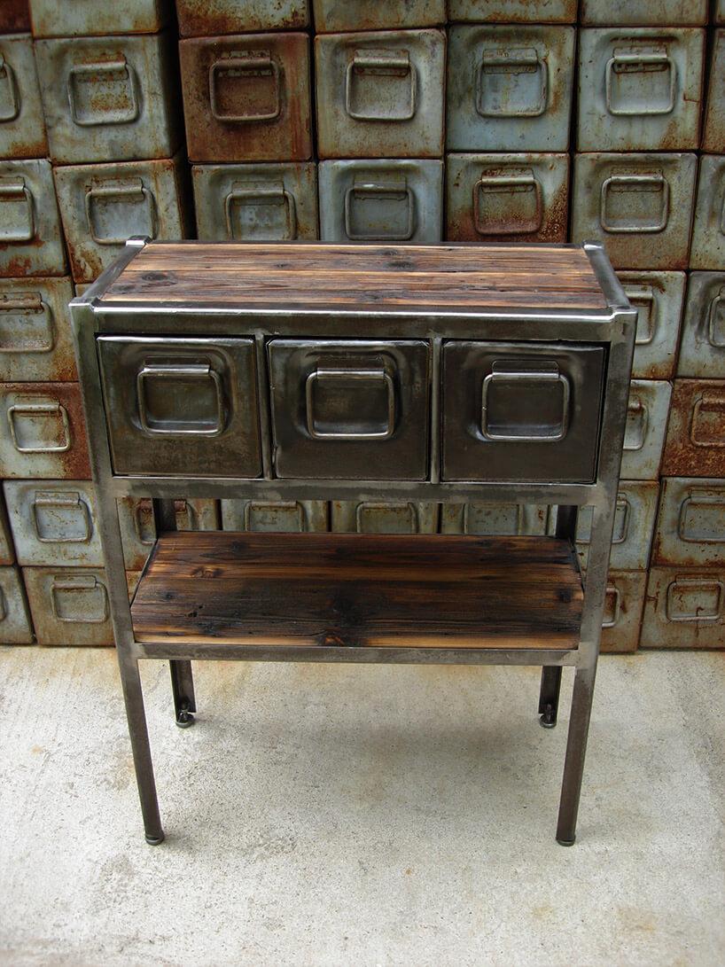 ręcznie robiona spawana szafka ze starych skrzynek