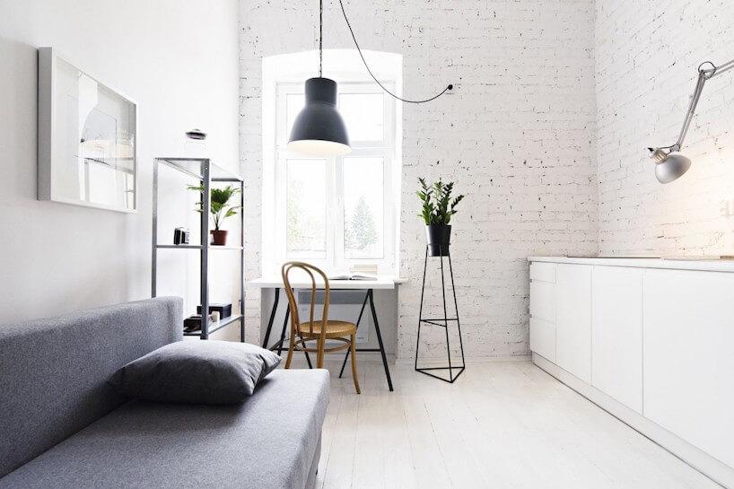 białe industrialne wnętrze zceglanymi ścianami pomalowanymi białymi
