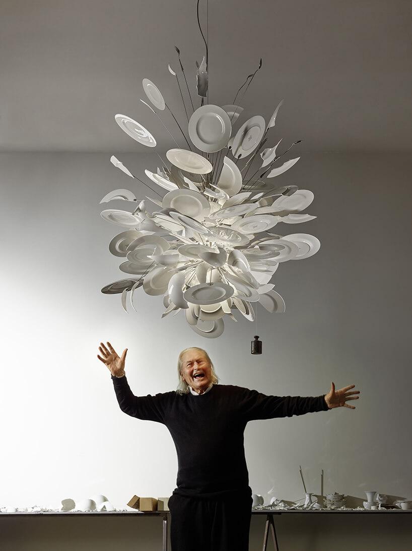 zdjęcie projektanta Ingo Maurera pod praca zzawieszonych talerzy