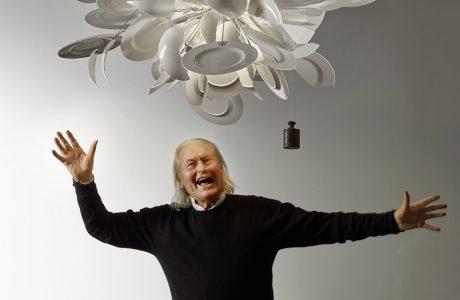 zdjęcie projektanta Ingo Maurera pod praca z zawieszonych talerzy
