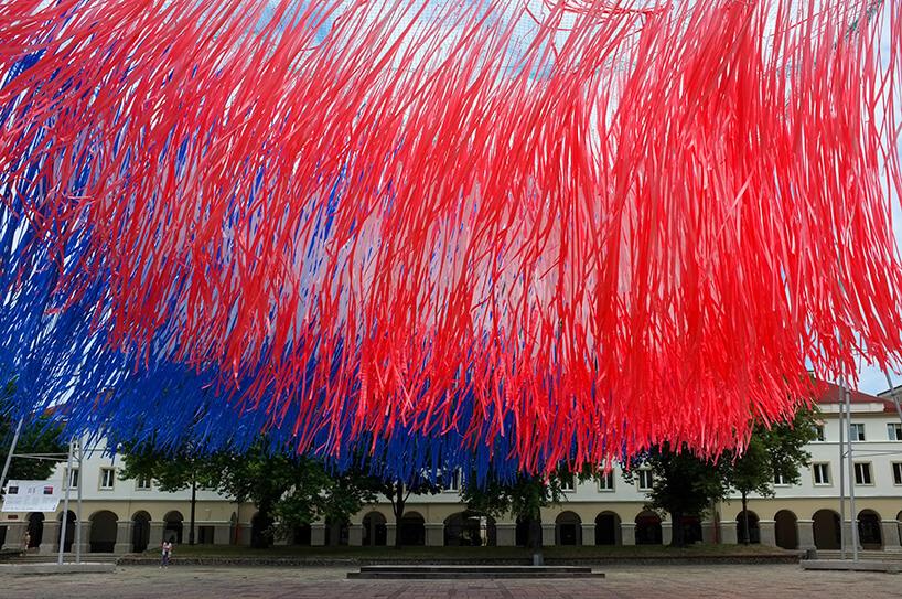 instalacja zczerwono-niebieskich wstążek