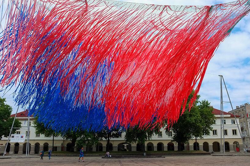kolorowe wstążki na wietrze