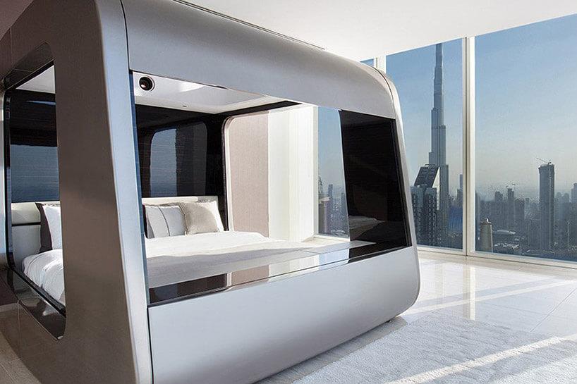 zabudowane srebrne łóżko na tle widoku zapartamentowca