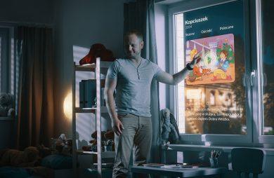 mężczyzna stojący nocą przy oknie z matrycą LCD