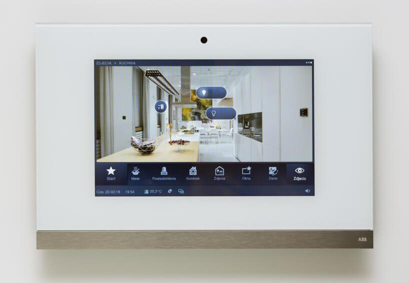 elegancki panel dotykowy ABB zfunkcjami dla domu inteligentego ze złotym wykończeniem