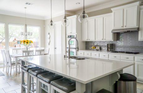 jasna kuchnia ze stołem na pierwszym planie i zabudową kuchenną w tle ivolta w inteligentnym domu