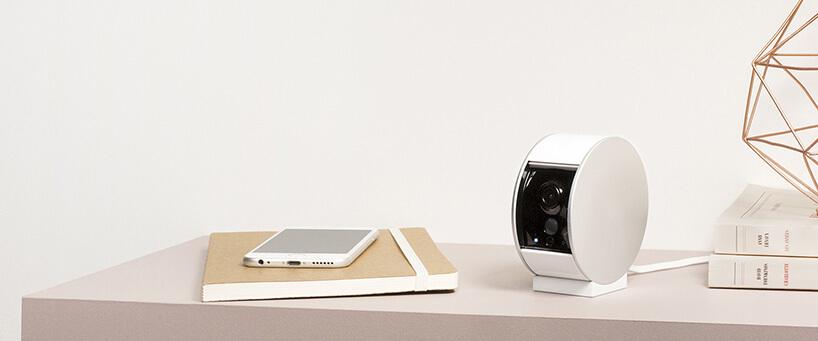 biały smarfon wideodomofon na beżowym stole
