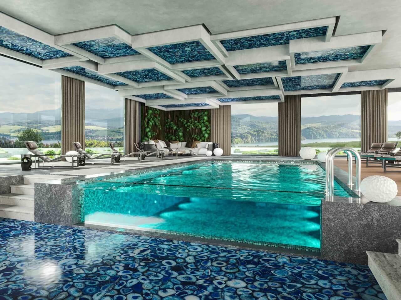 basen zniebieską kamienną podłogą za dnia