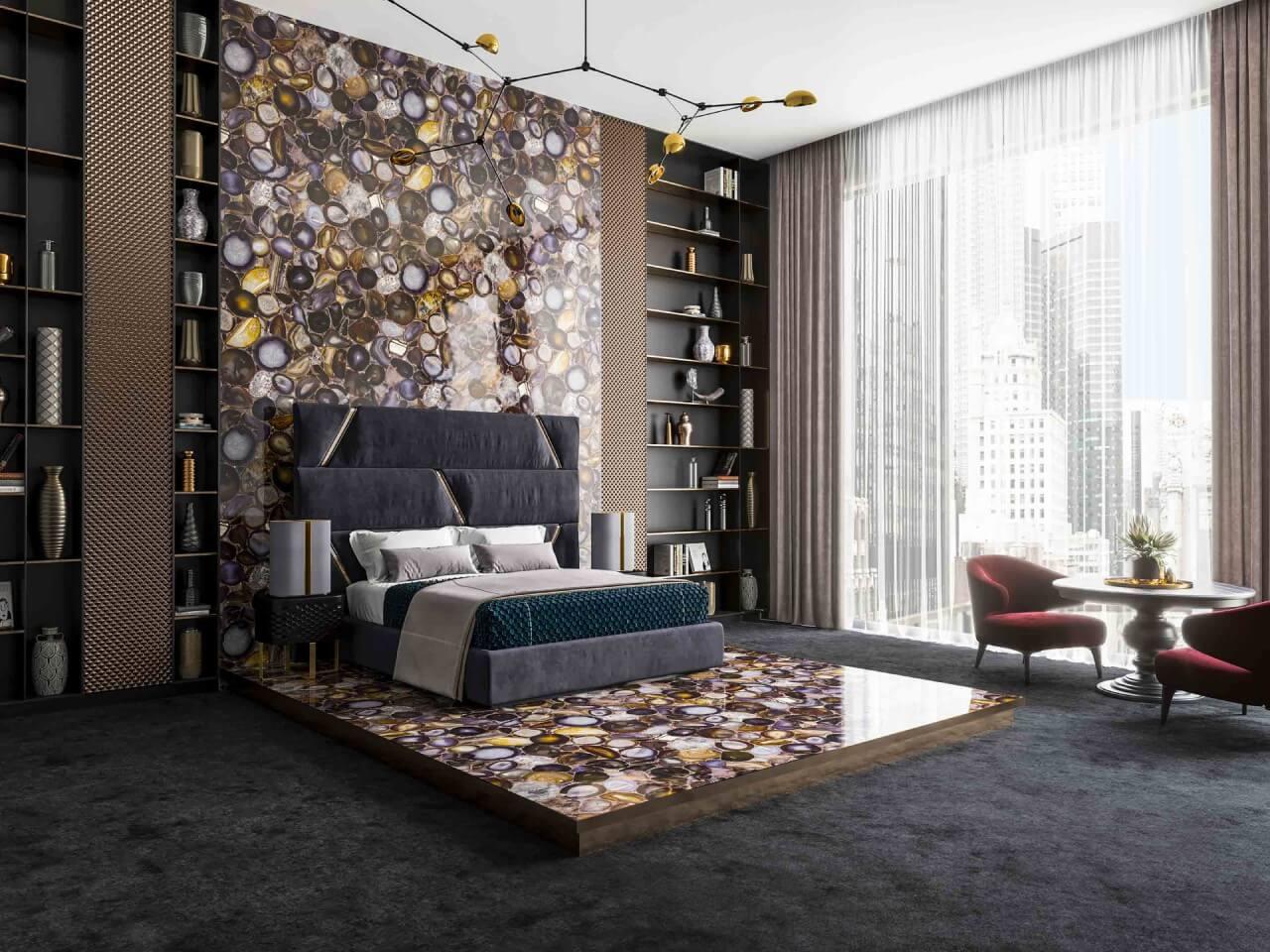 duże łóżko na tle ściany iofłogi wodcieniach złota ibrązu wykonanej zkamienia