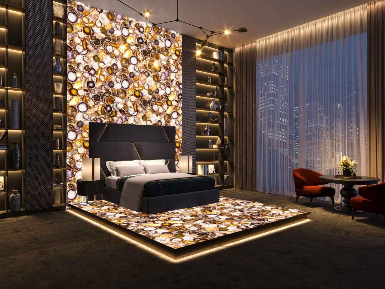 sypialnia złóżkiem stojącym na kamiennej, podświetlonej ścianie ipodłodze