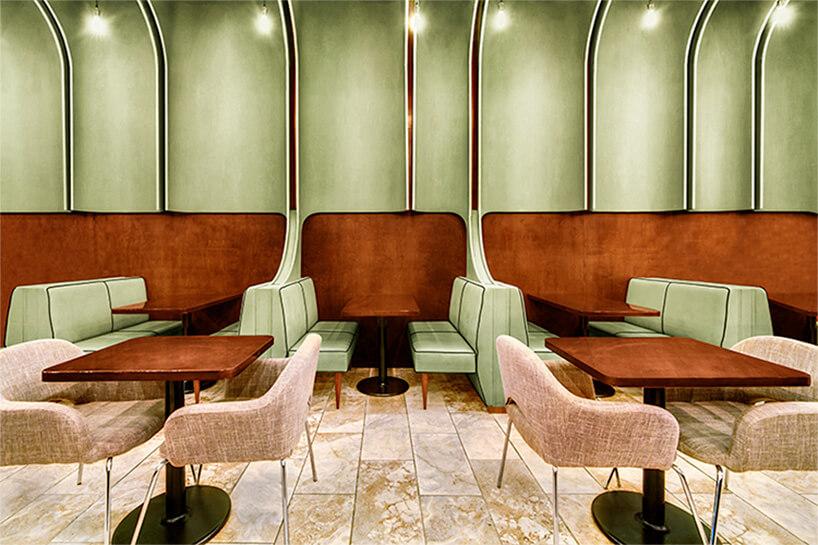 część ze stolikami wzielono-drewnianym wnętrzu baru