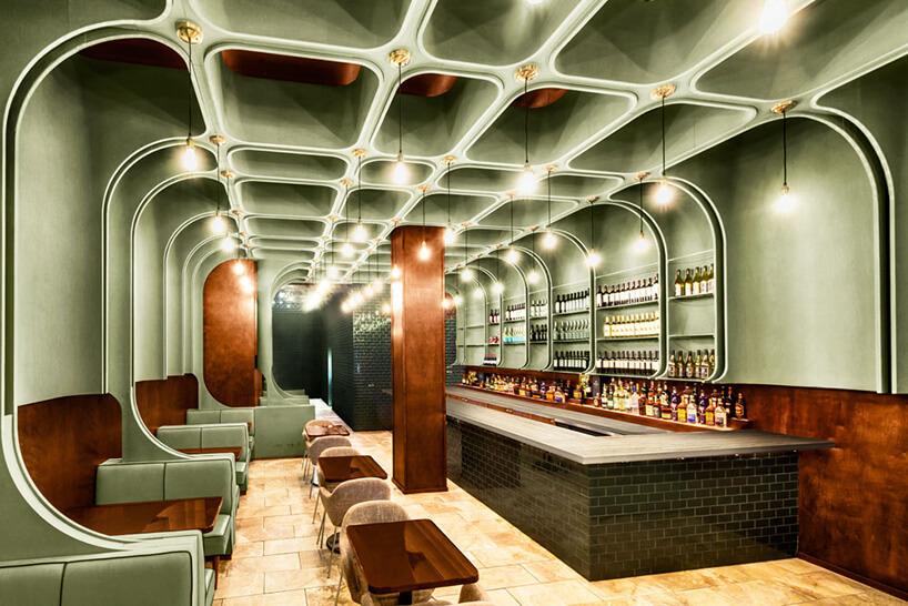 zielono-drewniane wnętrze baru