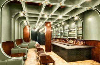 zielono-drewniane wykończenie baru