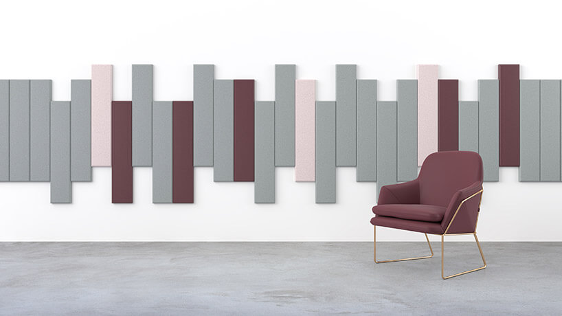 pojedynczy fotel na tle ściany zkawałkami filców