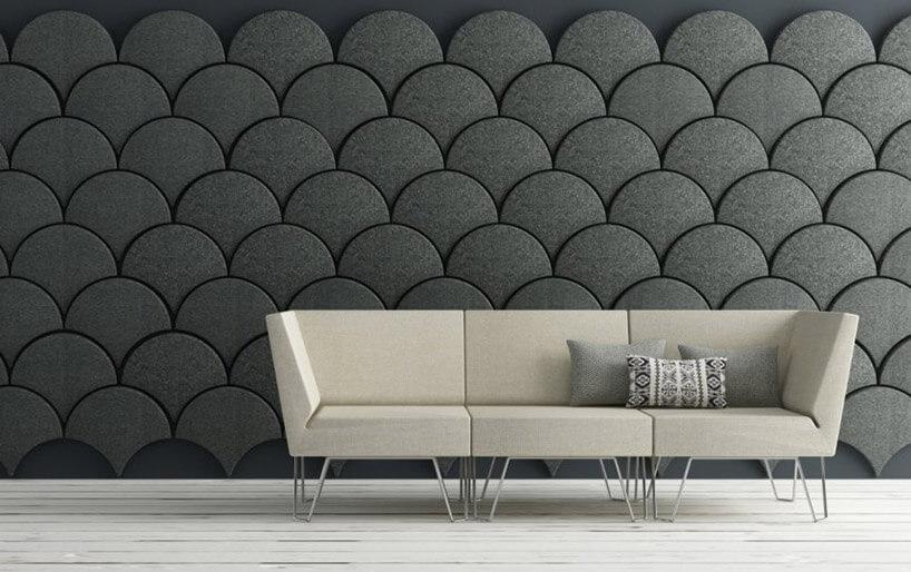 kremowa sofa na tle szarej filcowej ściany włuski