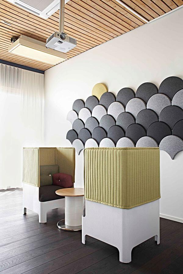 zabudowane fotele na tle ściany zfilcowymi panelami
