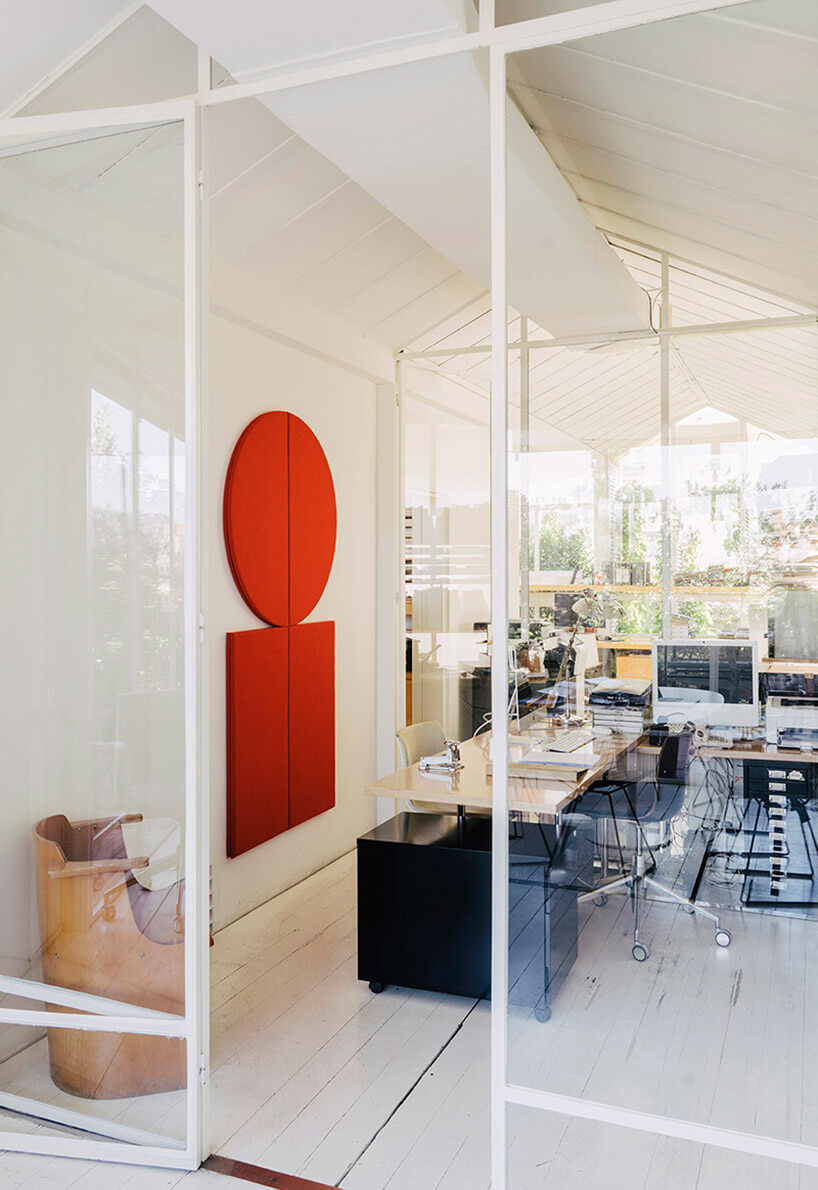 czerwone filcowe panele wprzeszklonym biurze