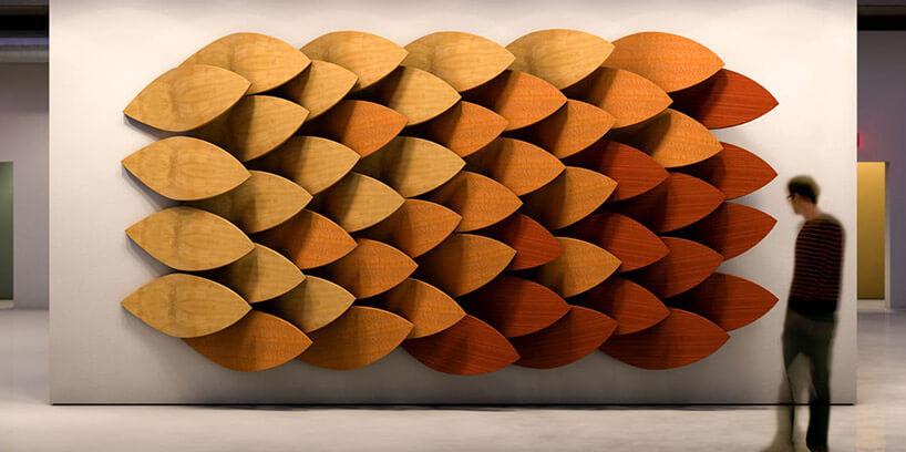 mężczyzna przy ścianie zfilcowymi panelami