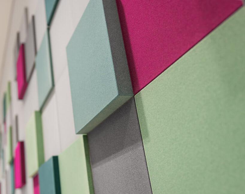 różnokolorowe filcowe panele na ścianie