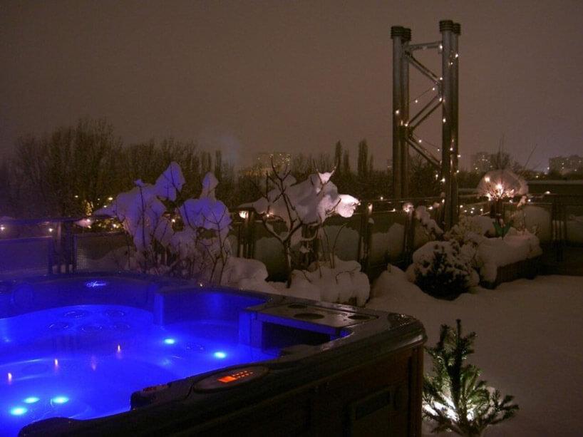 podświetlone na niebiesko jacuzzi zimą