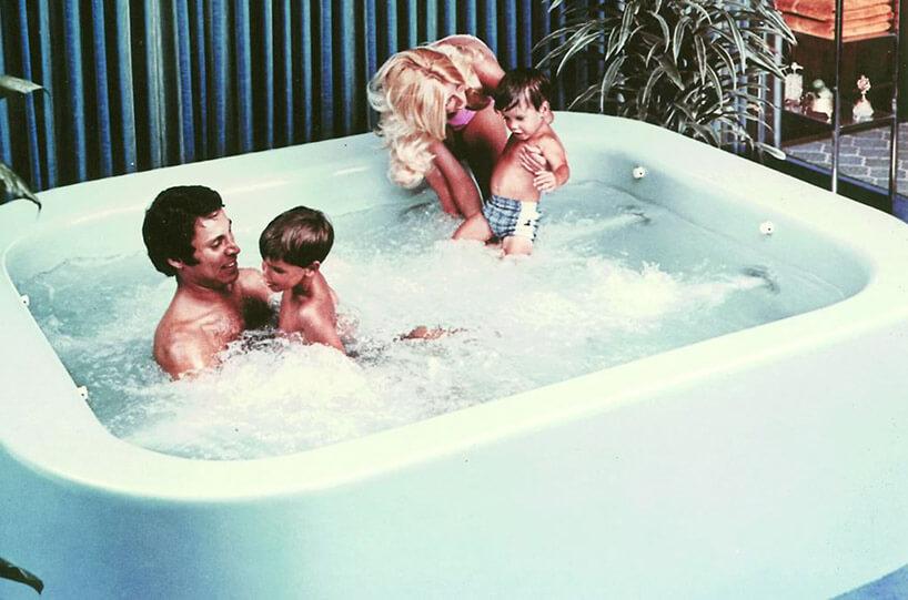 czteroosobowa rodzina wjacuzzi wlatach 70tych