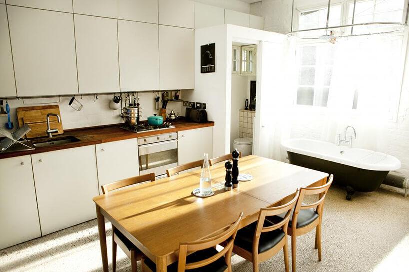 drewniany stary stół wbiałej kuchni