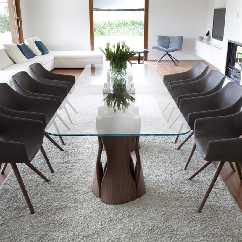 jadalnia zdużym stołem ze szklanym blatem ibrązowymi krzesłami