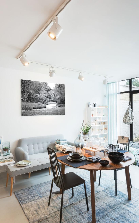 owalny stół zdwoma krzesłami na tle małej sofy
