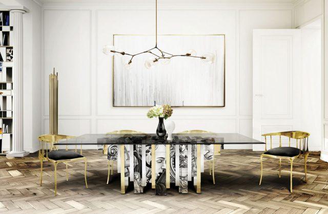 biała jadalnia w stylu glamour ze stołem ze szklanym ciemnym blatem i dwoma złotymi krzesłami