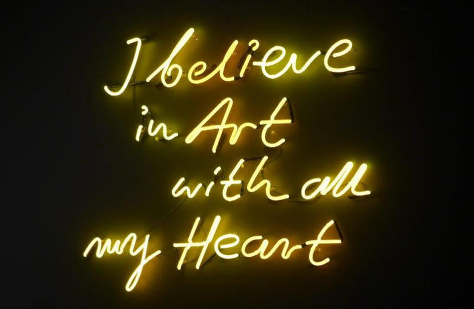 żółty neon z napisem i belive in Art with all my Heart