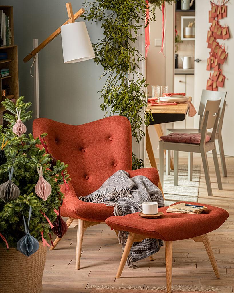 pomarańczowy fotel zpodnóżkiem od VOX