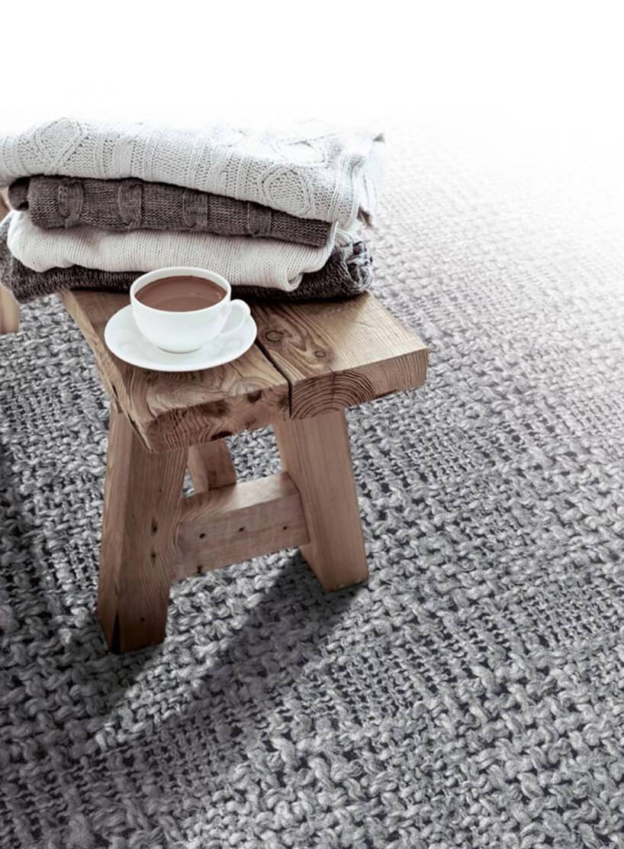 mały drewniany stołek zpostawioną białą filiżanką zgorącą czekoladą