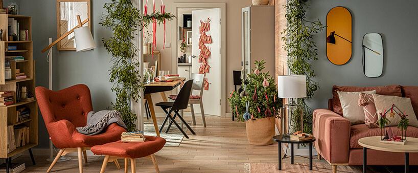 aranżacja salonu zpomarańczowym fotelem iłososiową sofą od VOX