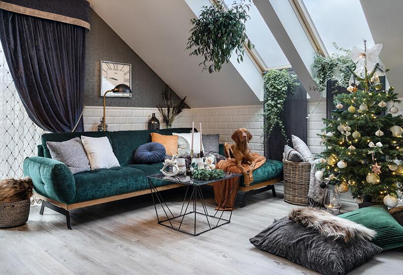 elegancki salon na poddaszu zzieloną sofą narożnikiem od Gala Colezzione