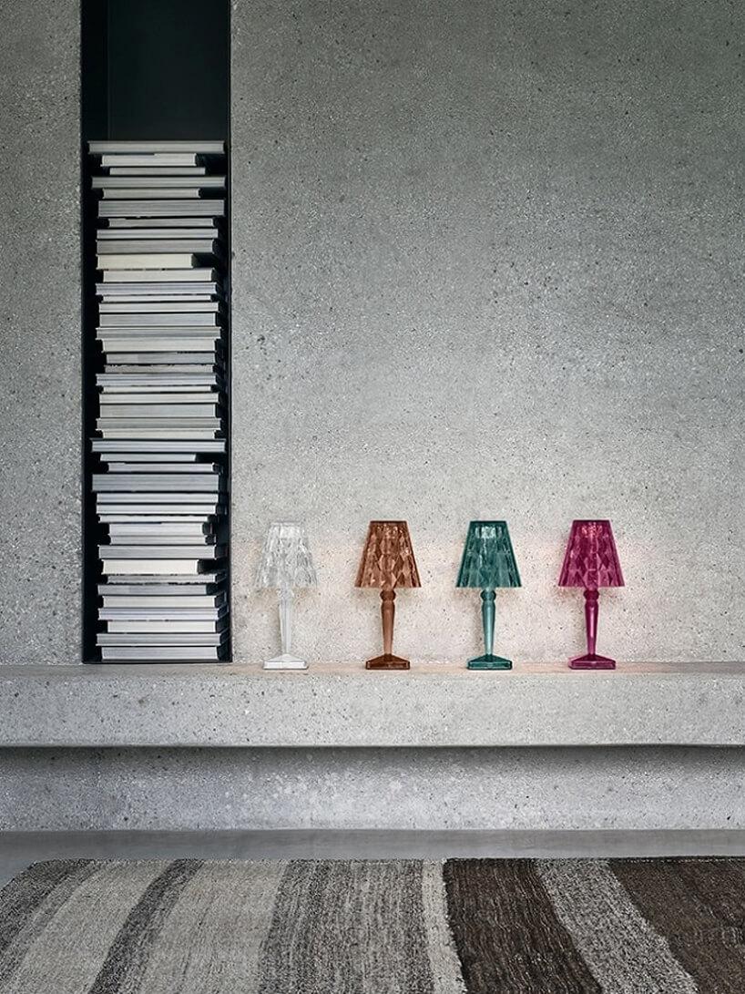 cztery kolorowe lampki ogrodowe Big battery na betonowej półce we wnętrzu