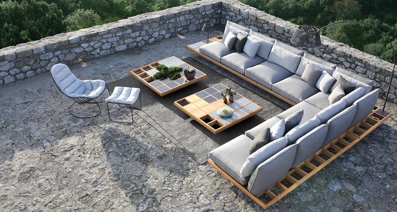 duży szary zestaw mebli ogrodowych Mozaix Lounge od Royal Botania na drewnianym stelażu zdużymi poduszkami na dużymi kamiennym tarasie
