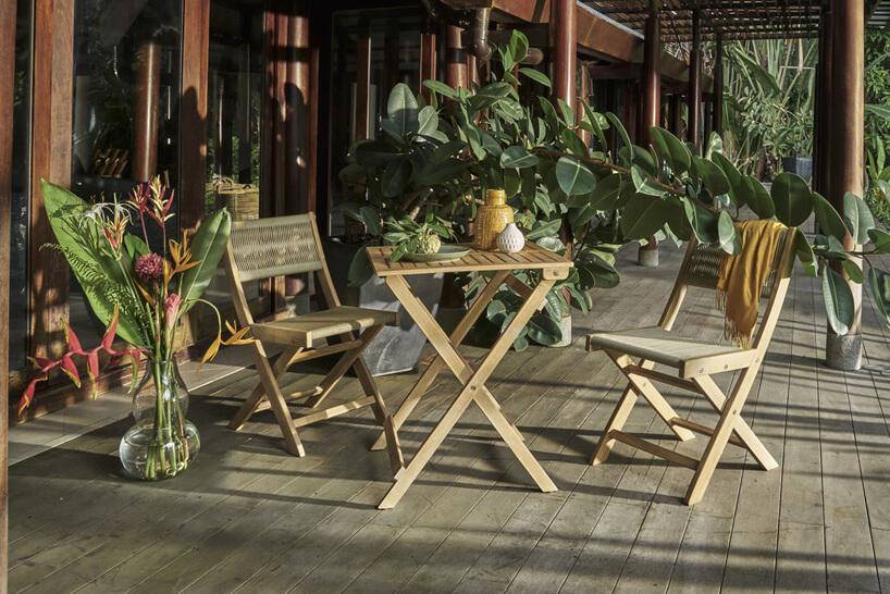 zestaw małych drewnianych mebli ogrodowych zkolekcji Raja od Miloo Home dwa krzesła istolik na drewnianym tarasie