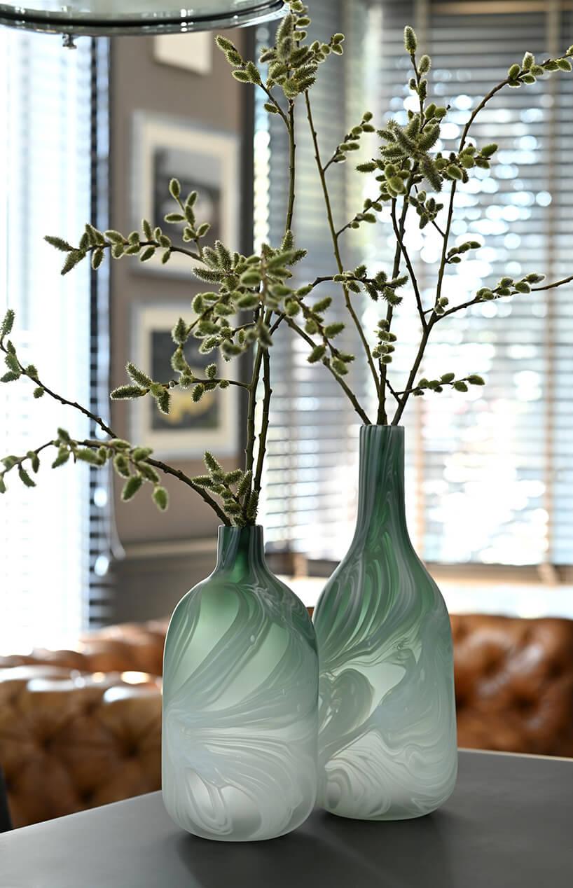wazony zzielonego szkła zgałązkami ozdoba wielkanocna od miloo