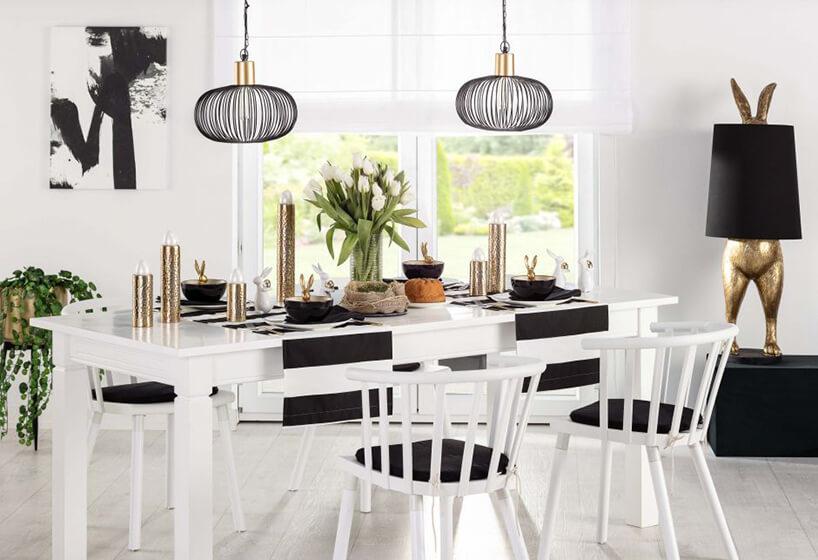 aranżacja wielkanocna wkolorze czarno-białym białe krzesła istół zczarnymi dodatkami
