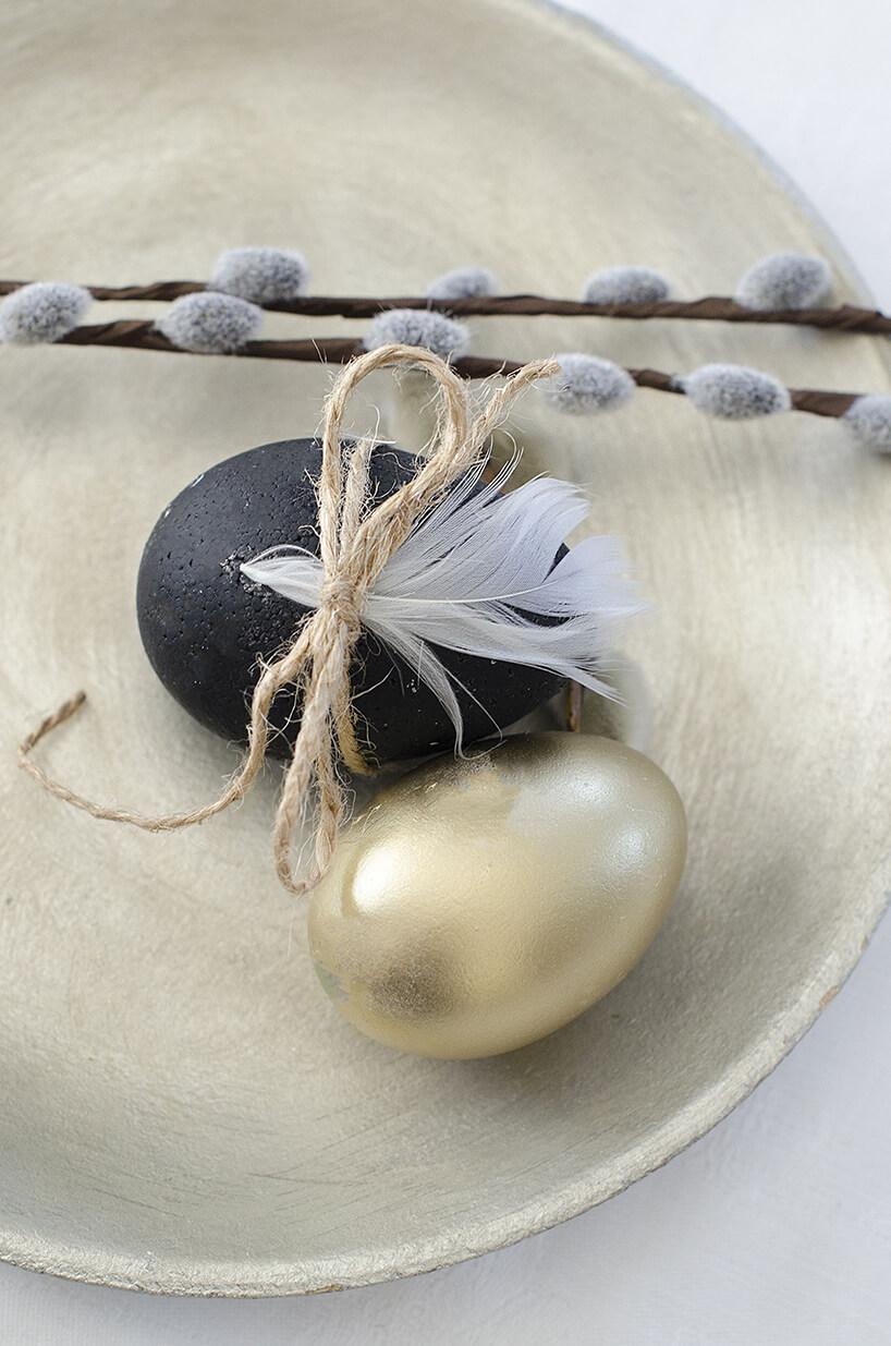 aranżacja wielkanocna czarno złote jajka zpiórkami isznurkiem